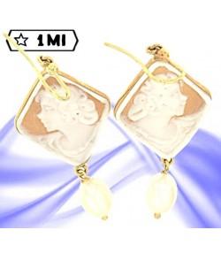 Eleganti orecchini in oro giallo su conchiglia sardonico con madre perla