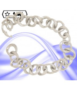 Raffinato bracciale in oro bianco satinato anelli intrecciati